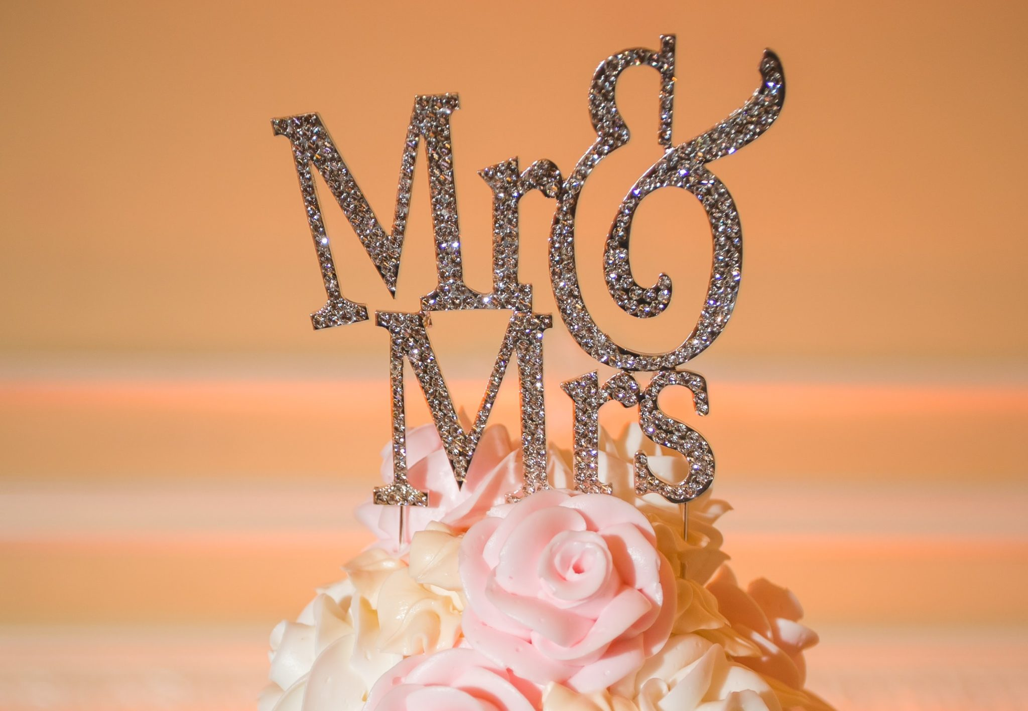 5 Must-Have Wedding Cake Toppers